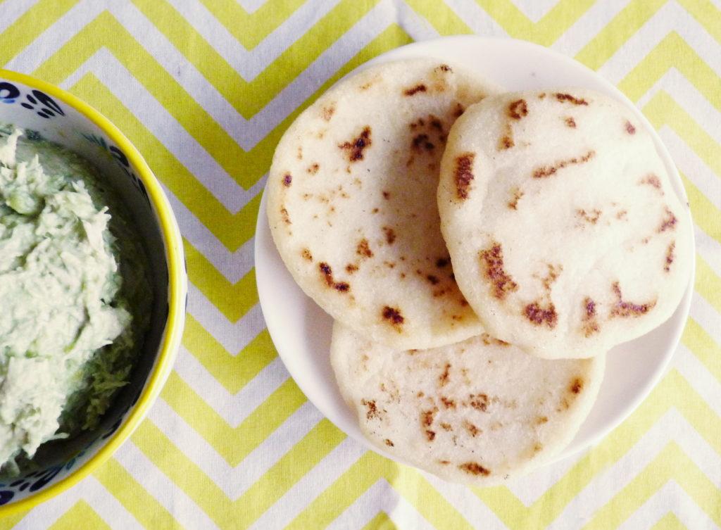 Venezuelské kukuřičné placky arepas s avokádovou náplní - Ochutnejte svět