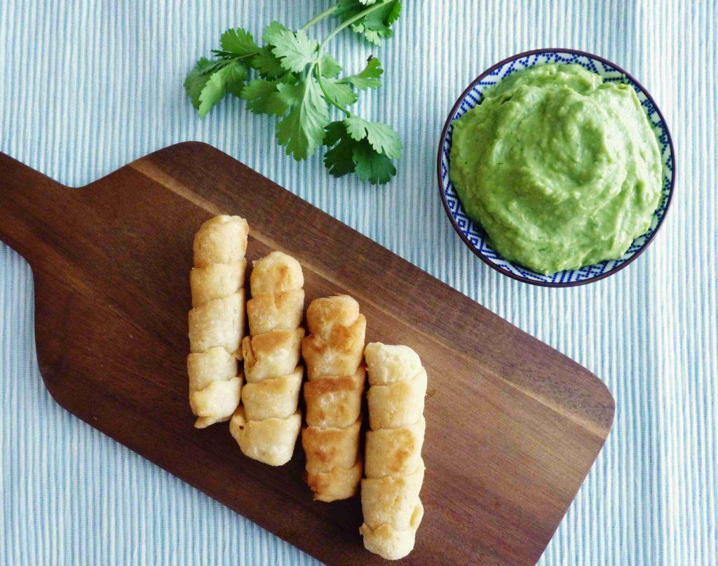 Venezuelské slaný sýrové tyčinky s avokádovou salsou - Ochutnejte svět