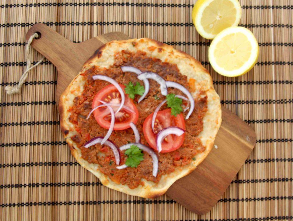 Turecká pizza s mletým masem lahmacun/lahmajun/lahmajoon - Ochutnejte svět