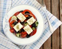 Řecký salát s balkánským sýrem a olivami HORIATIKI