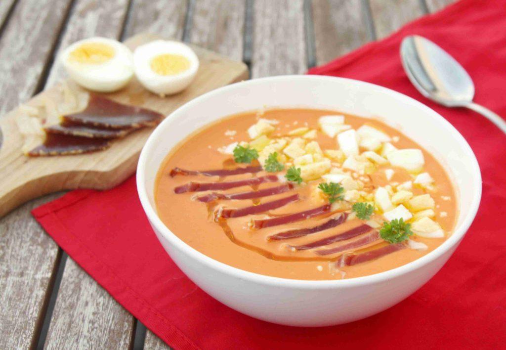 Španělská polévka SALMOREJO ozdobená jamónem a vařeným vejcem - Ochutnejte svět