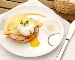 Americká snídaně: VEJCE BENEDIKT s holandskou omáčkou