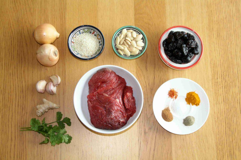 Ingredience na marocký tažín (tagine, tajine) se sušenými švestkami a mandlemi - Ochutnejte svět