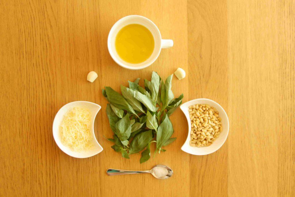 Ingredience na bazalkové pesto - Ochutnejte svět