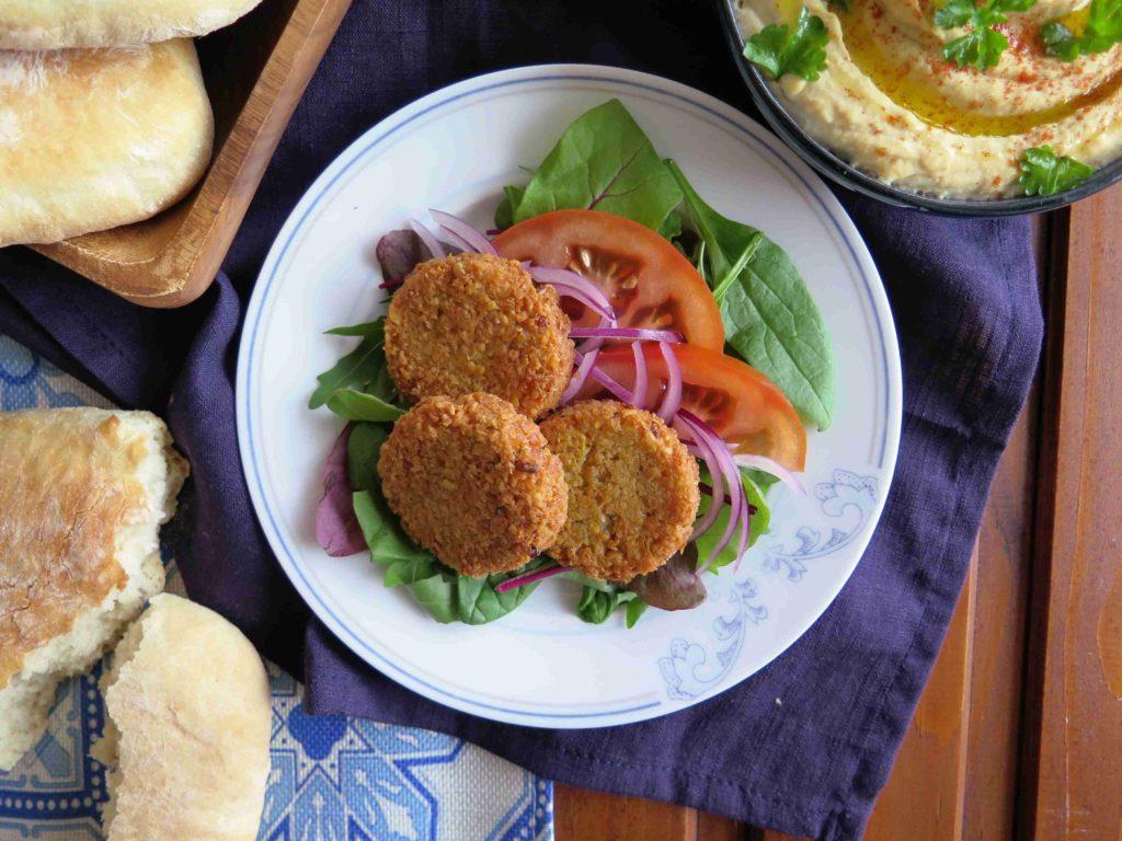 Cizrnový falafel se salátem - Ochutnejte svět