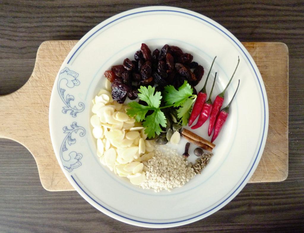Ingredience na mexickou omáčku mole poblano - Ochutnejte svět