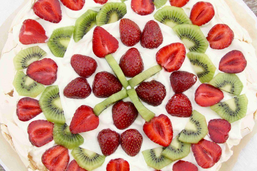 Dort Pavlova z bílků se smetanou a ovocem - Ochutnejte svět