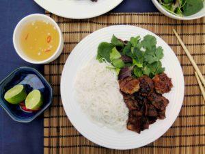 Vietnamský grilovaný bůček Bún chả s nudlemi, salátem a bylinkami