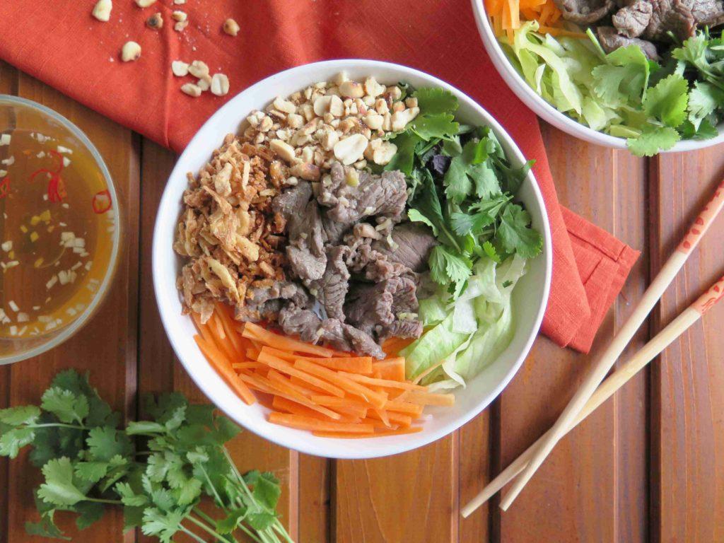 Bun bo nam bo - vietnamský salát s hovězím masem - Ochutnejte svět
