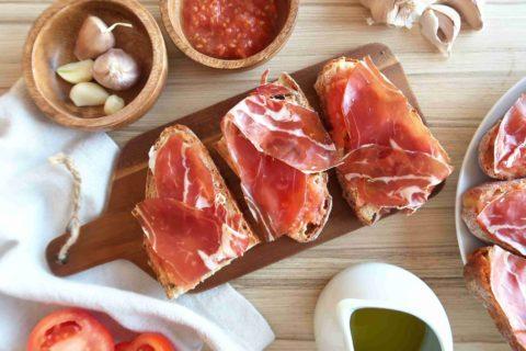 PAN CON TOMATE: Španělské topinky s rajčaty (a jamónem)